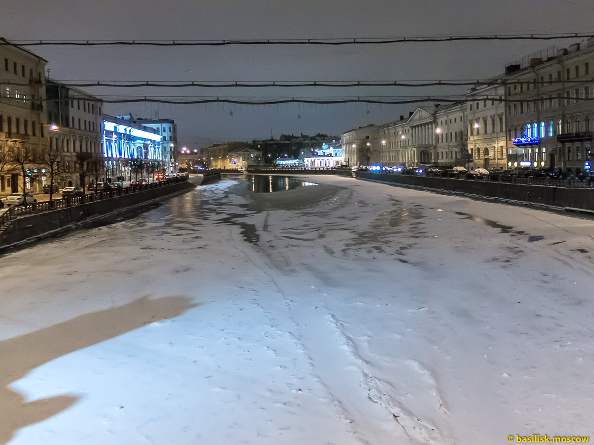 Люди и лошади на Аничковом мосту. Фонтанка. Зимний Петербург. Январь 2018