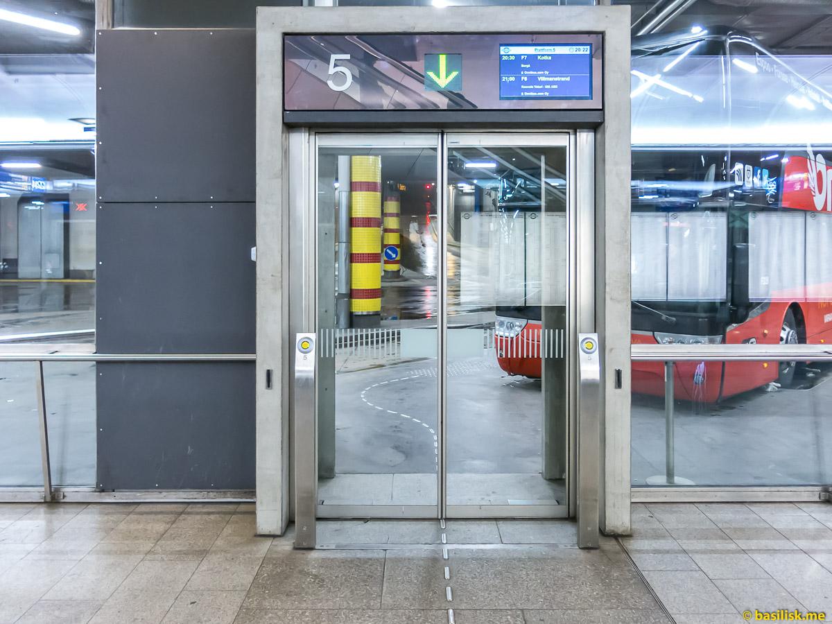 Ожидание на автостанции Kamppi Helsinki. Хельсинки. Январь 2018
