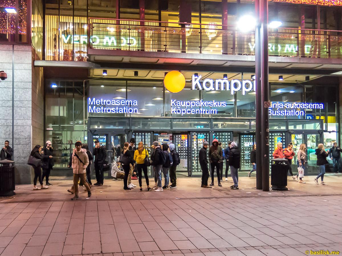 Площадь перед торговый центром Kamppi Helsinki. Хельсинки. Январь 2018