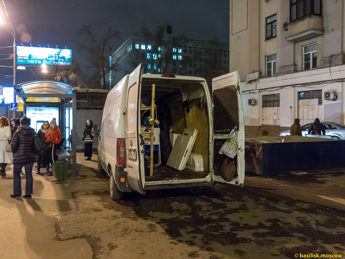Пожарные и полиция у подъезда. Снимают кино.  Москва. Ноябрь 2017
