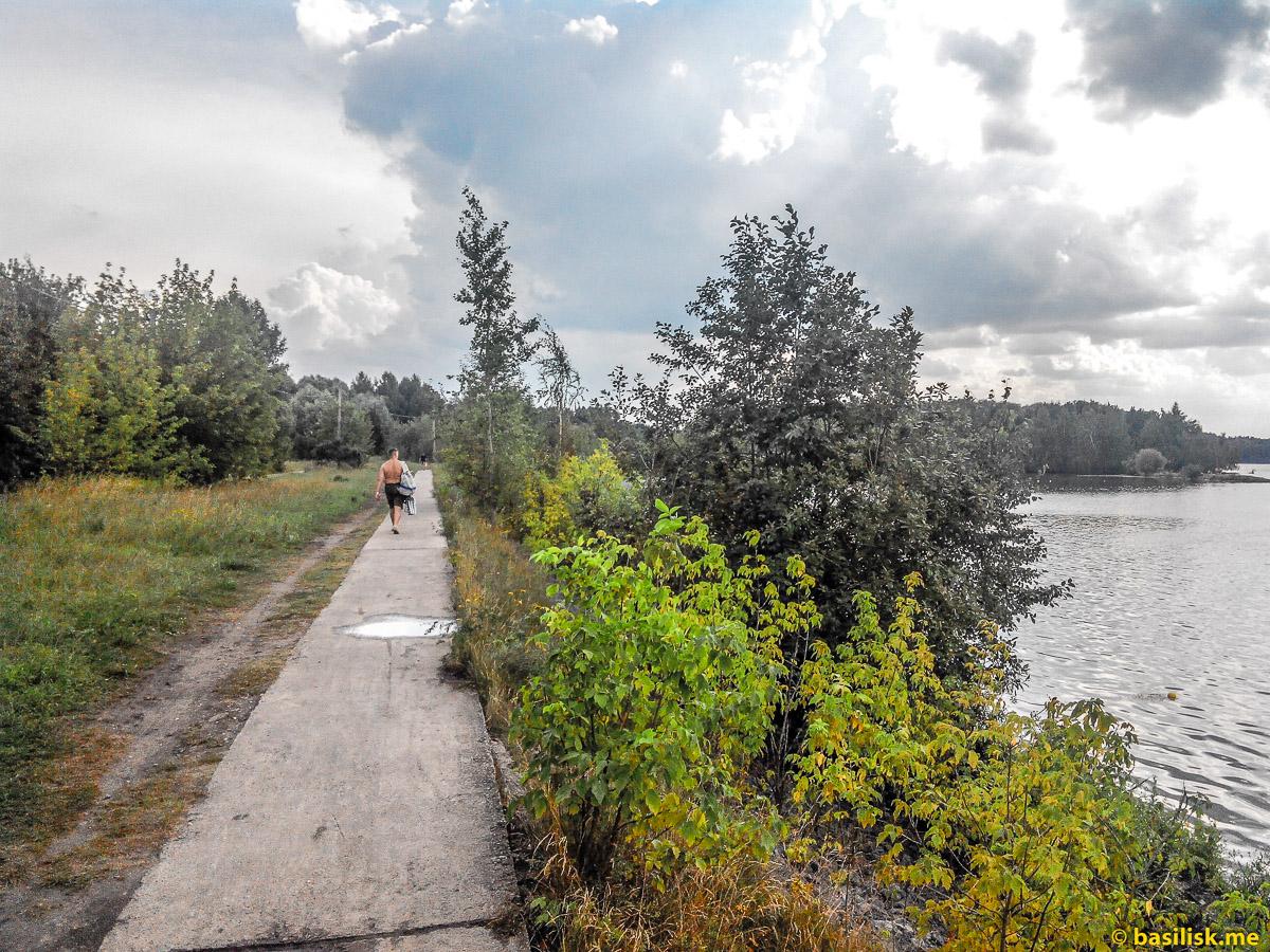 Дорожка вдоль Строгинского затона. Река Москва. Строгинский затон. Август 2018