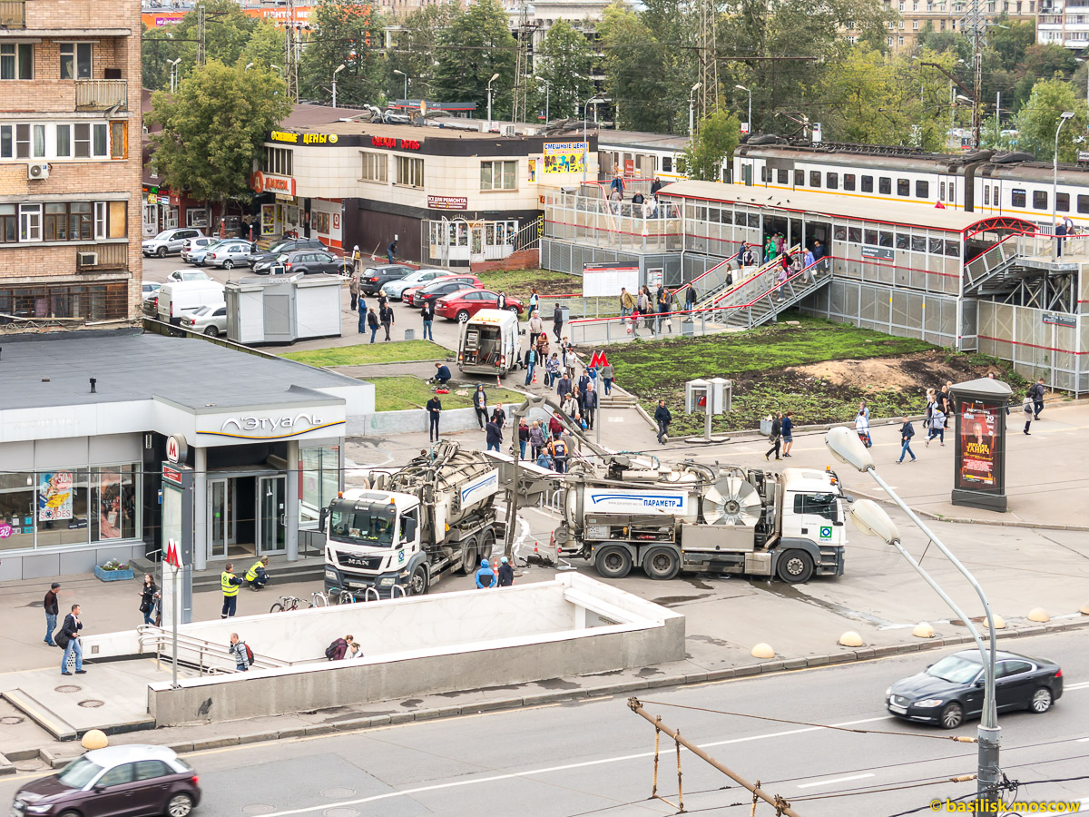 Откачка канализации возле платформы и станции метро Дмитровская. Москва. 30 августа 2017