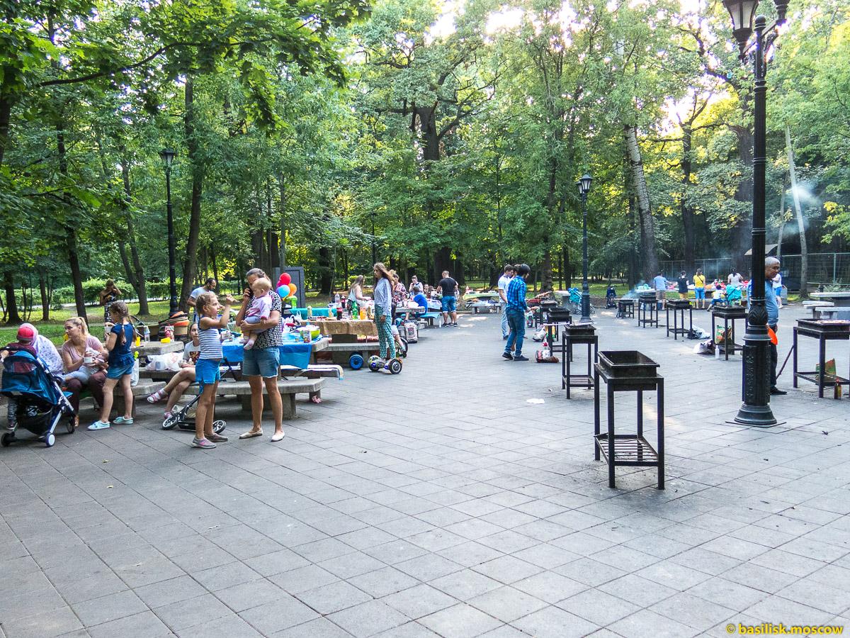 Площадка для шашлыков. Парк Останкино. Москва. Август 2017