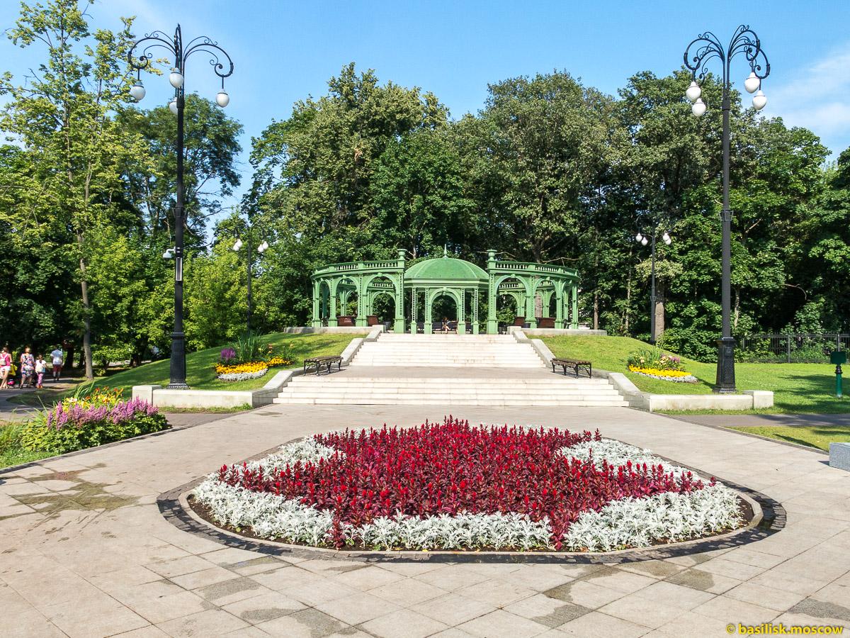 Ротонда возле пруда. Парк Останкино. Москва. Август 2017