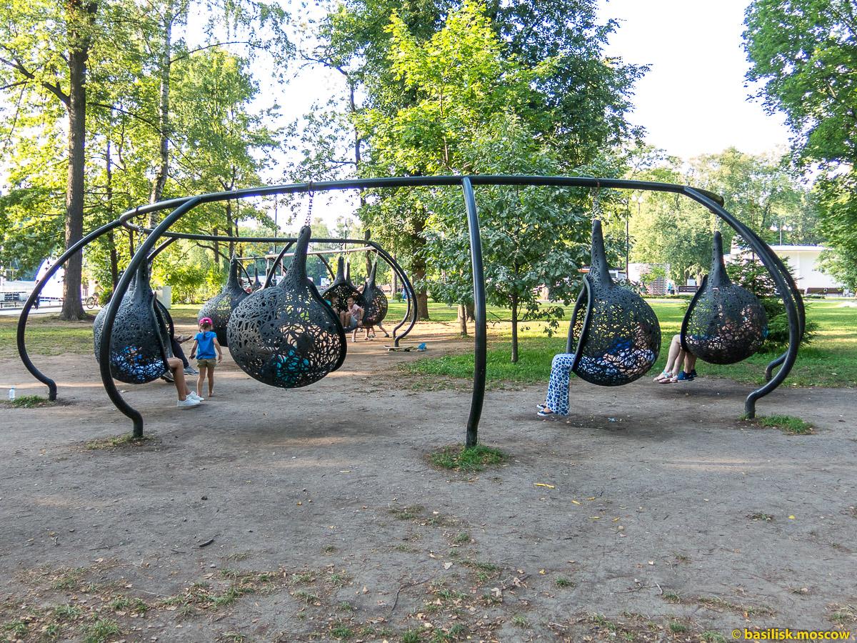 Подвесные сиденья. Парк Останкино. Москва. Август 2017