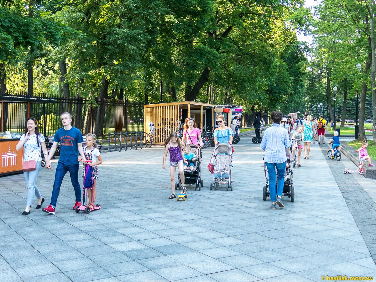 Люди гуляют. Парк Останкино. Москва. Август 2017