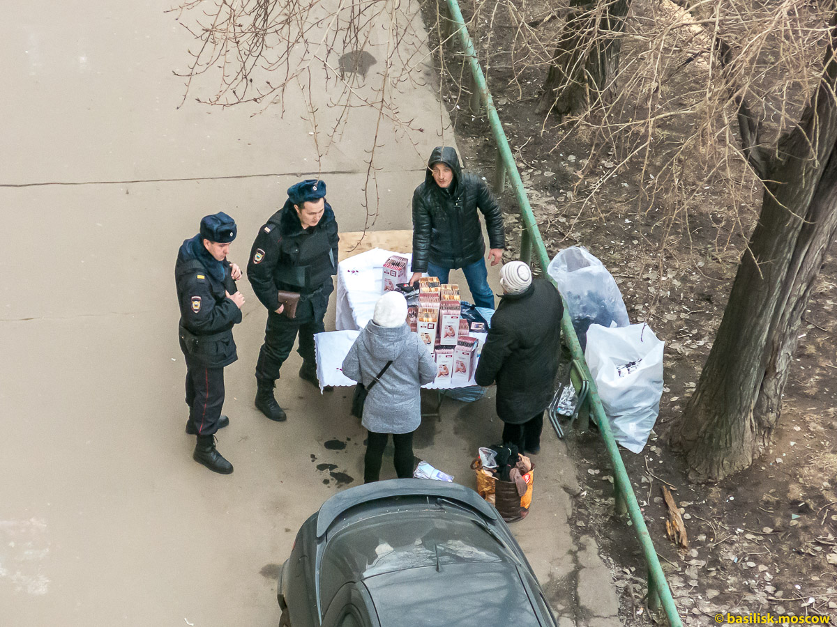 Полицаи пристают к торговцам. Москва. Март 2017