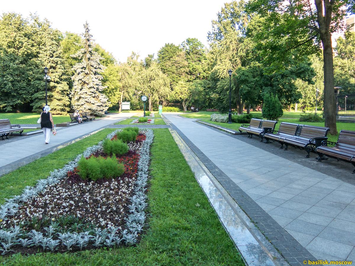 Клумба и лавочки. Парк Останкино. Москва. Август 2017