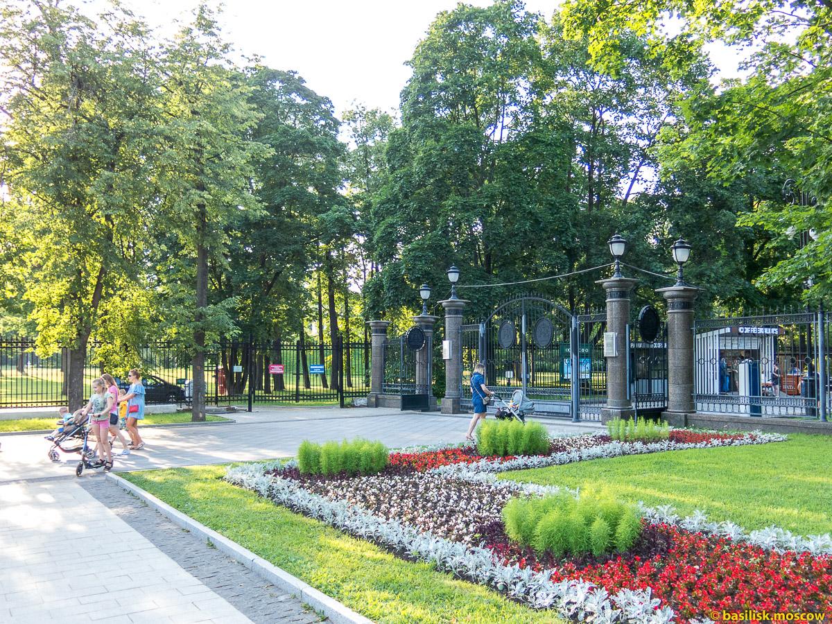 Выход из парка на Новомосковскую улицу. Парк Останкино. Москва. Август 2017