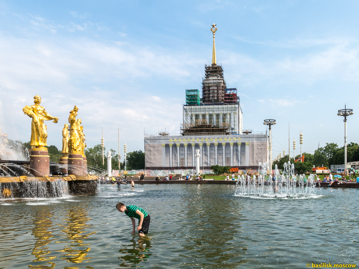 Фонтан Дружба народов. Прогулка по ВДНХ. Москва. Август 2017