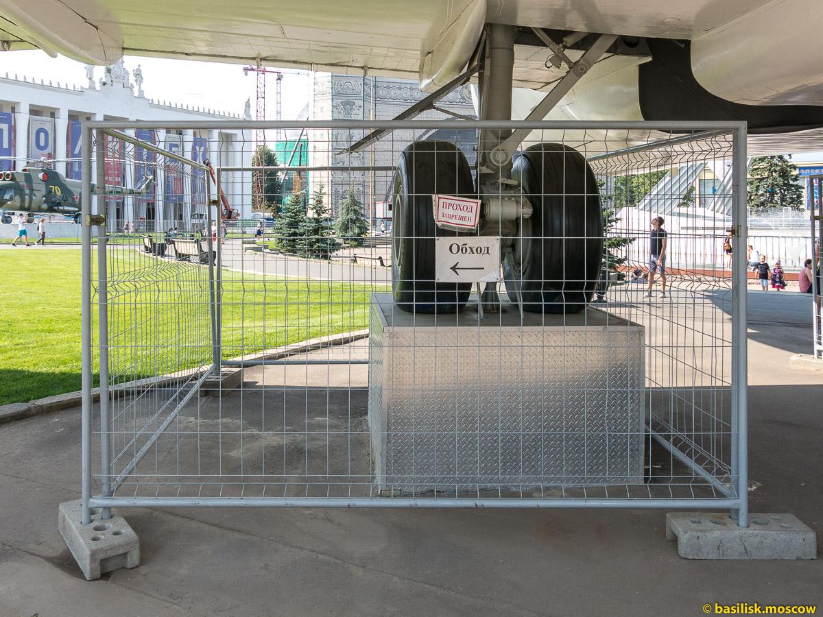 Под крылом самолёта. Прогулка по ВДНХ. Москва. Август 2017