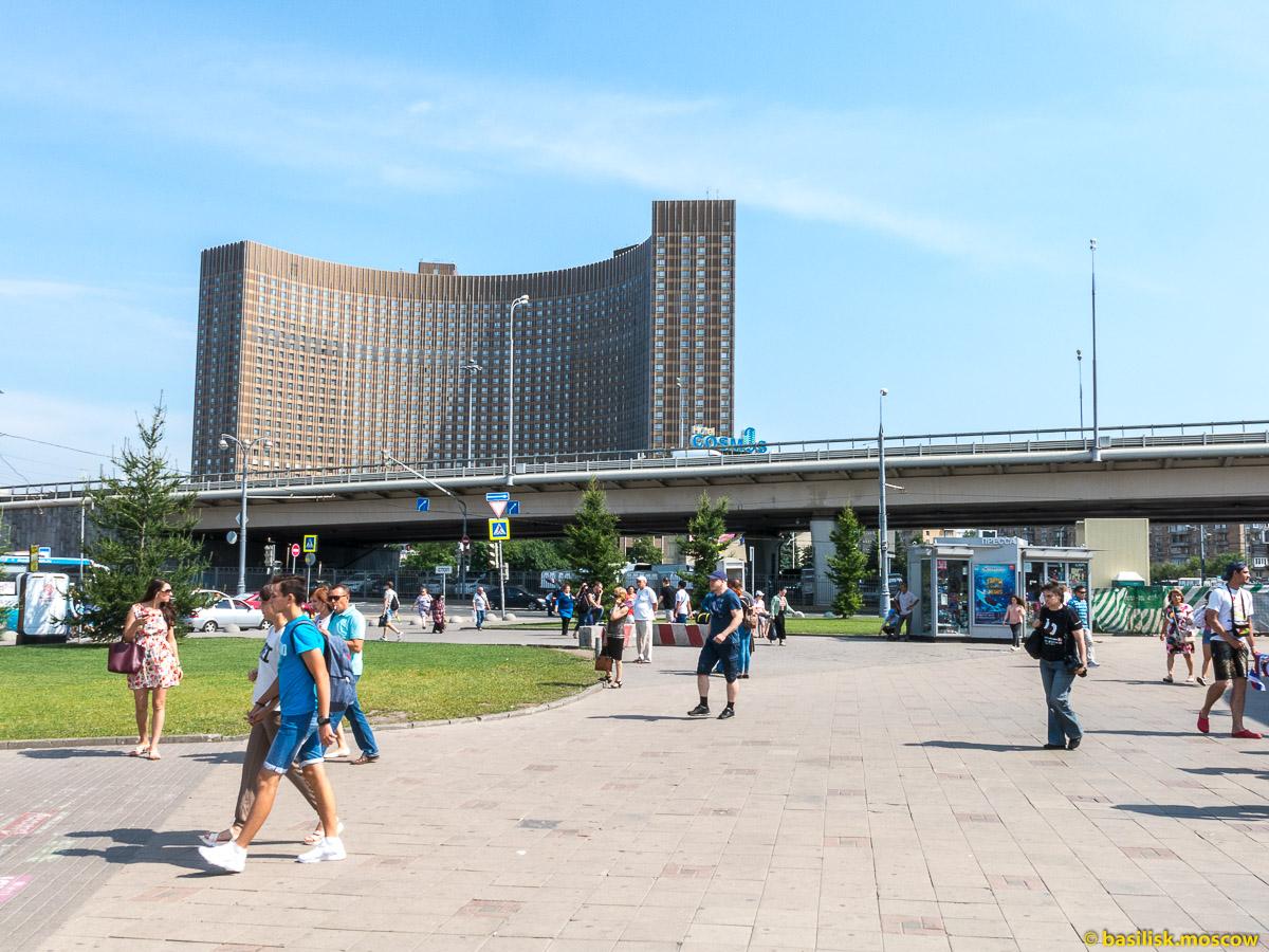 Гостиница Космос. Окрестности станции метро ВДНХ. Москва. Август 2017