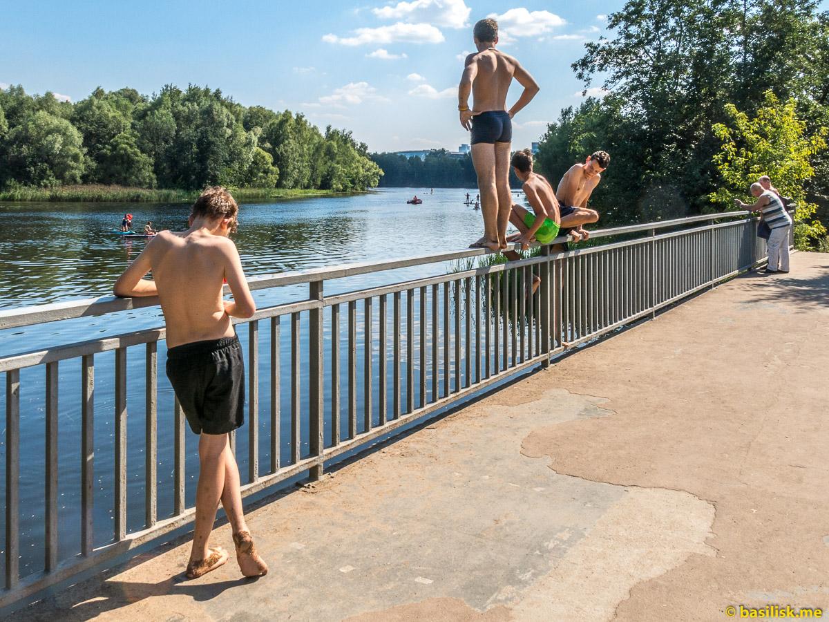 Мальчишки прыгают с моста. Лесопарк-остров Серебряный Бор. Москва. Август 2018