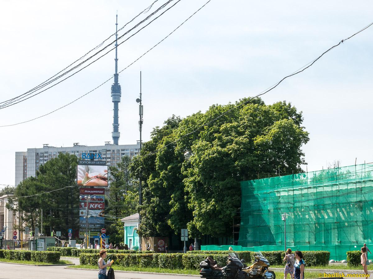 Продольный проезд. Окрестности станции метро ВДНХ. Москва. Август 2017