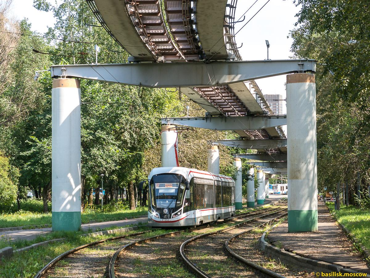 Трамвай и монорельс. Район Останкино. Москва. Август 2017