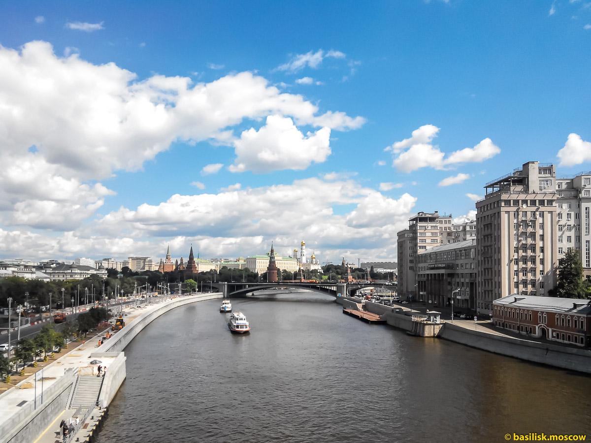 Патриарший мост. Река Москва. Московский кремль. Москва. Июль 2017