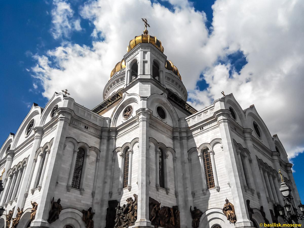 Храм Христа Спасителя. Вид с Патриаршего моста. Москва. Июль 2017