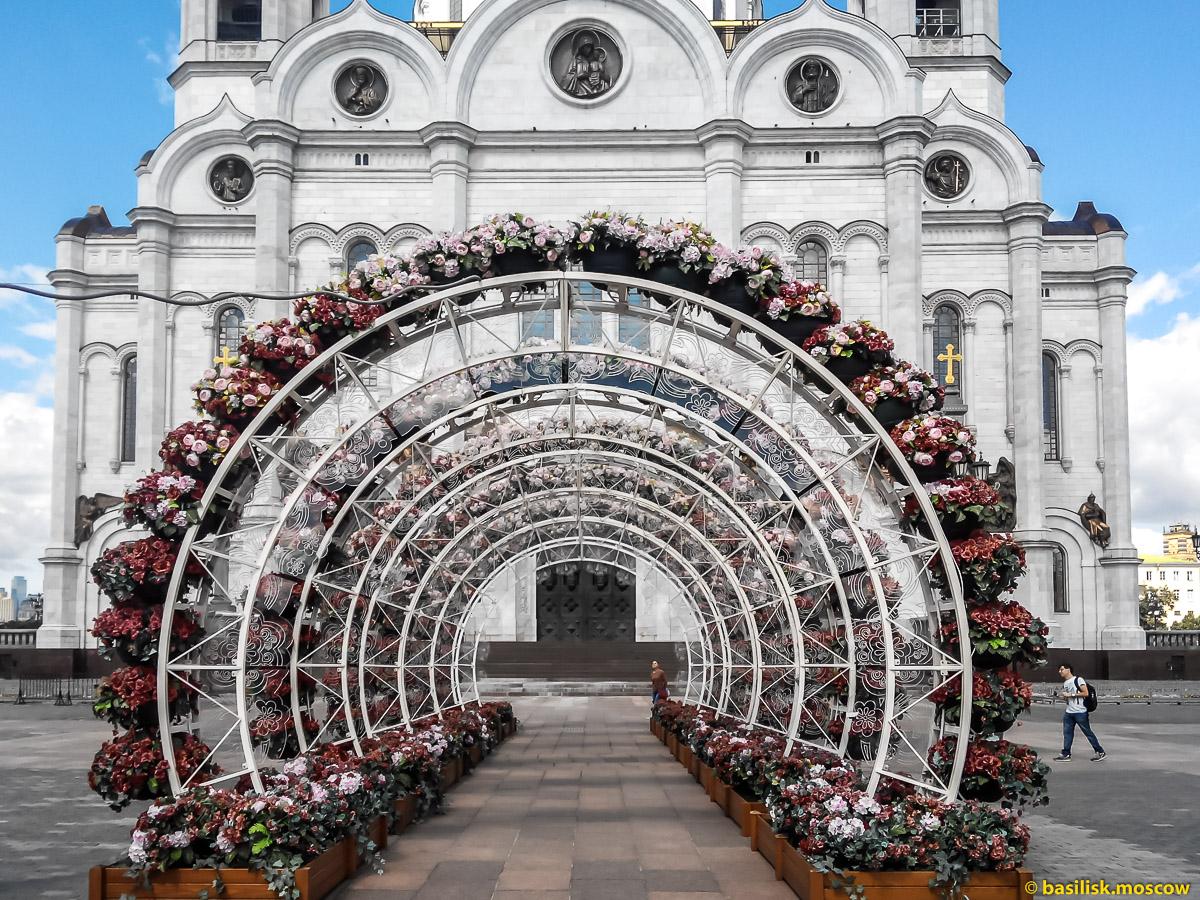 Цветочная галерея. Храм Христа Спасителя. Вид с Патриаршего моста. Москва. Июль 2017