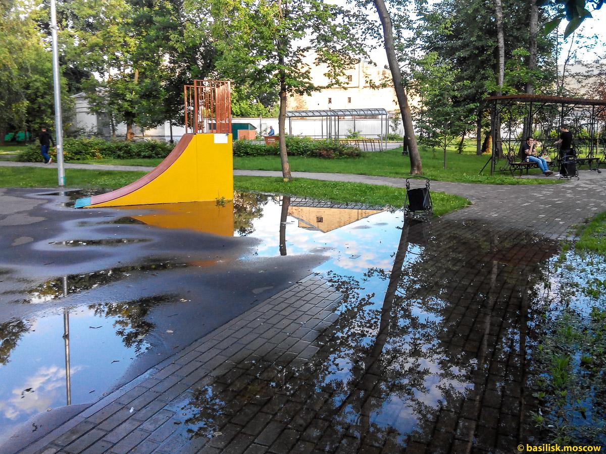 После дождя. Сквер на Вятской улице. Москва. Июль 2017