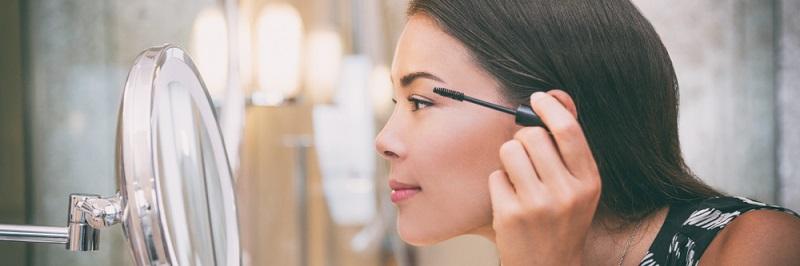 Manchmal können wir gar nicht genau genug hinsehen und brauchen sogar noch eine Lupe: Dies ermöglicht der Kosmetikspiegel, der zusätzlich zum üblichen Badspiegel angebracht wird.(#07)