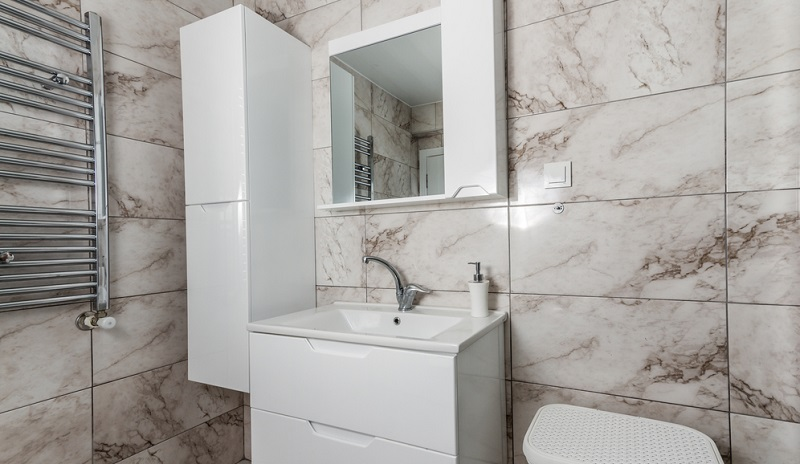 If a socket is integrated in the mirror (in the mirror cabinet), this has many advantages.(#05)