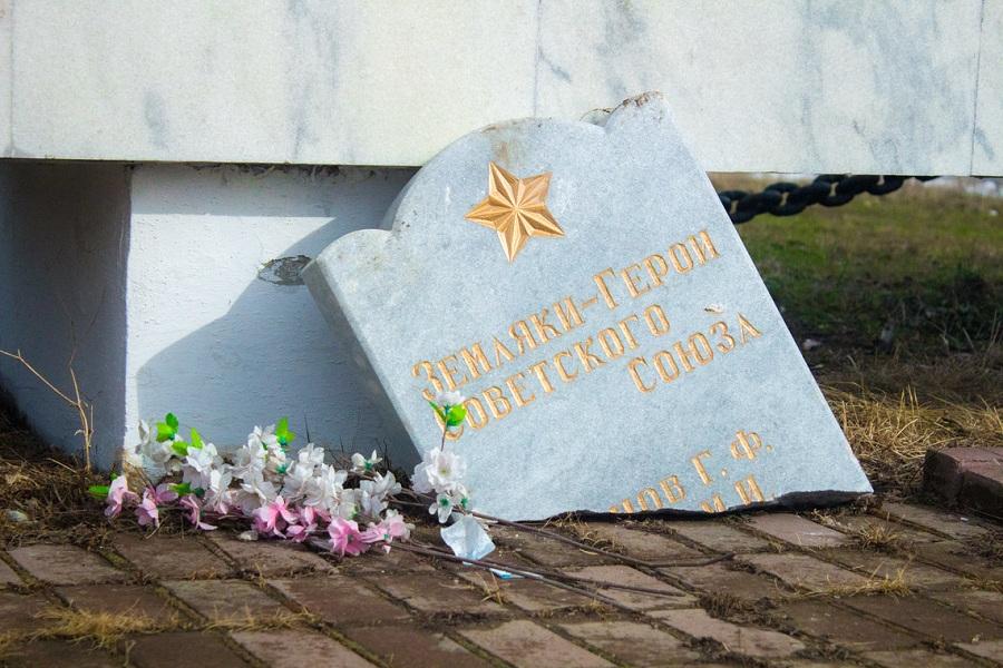 Сысерть памятник вандализм 1.jpg