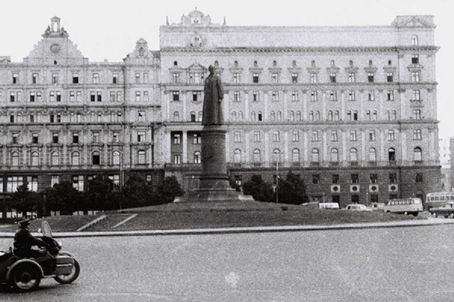 Памятник Дзержинскому.jpg