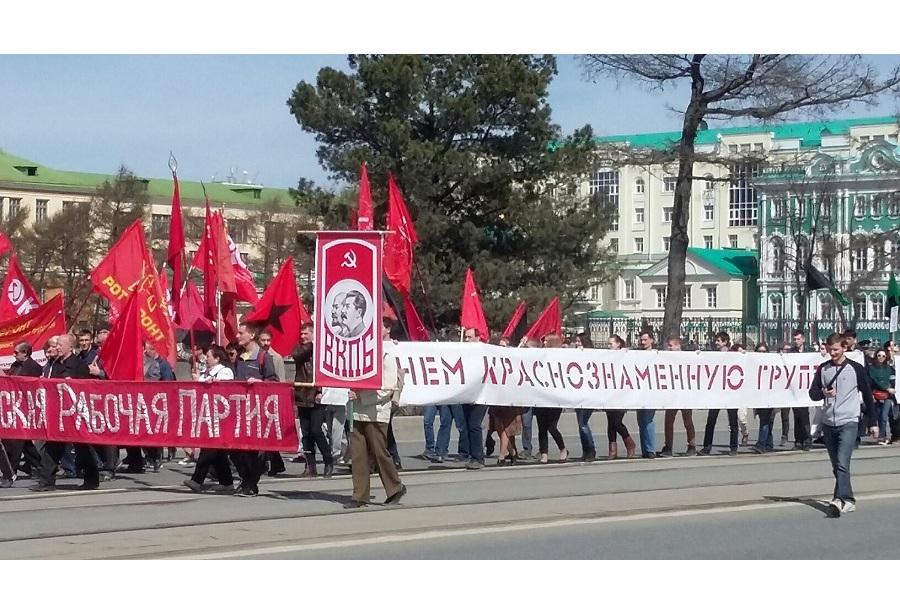 Екатеринбург Колонна идёт по проспекту Ленина.jpg