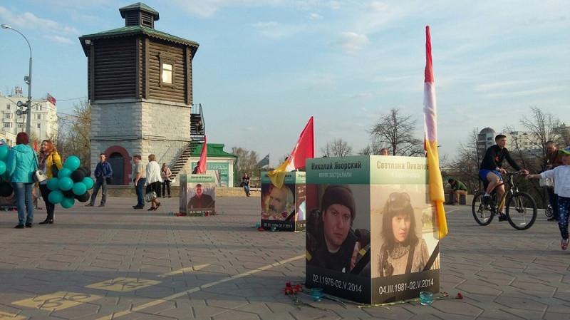 Стенды с фотографиями жертв трагедии.jpg