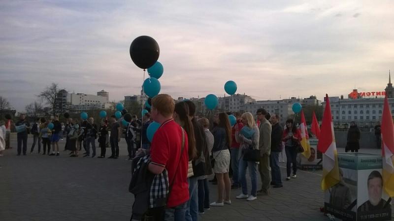 Участники траурной акции встали в символический круг.jpg