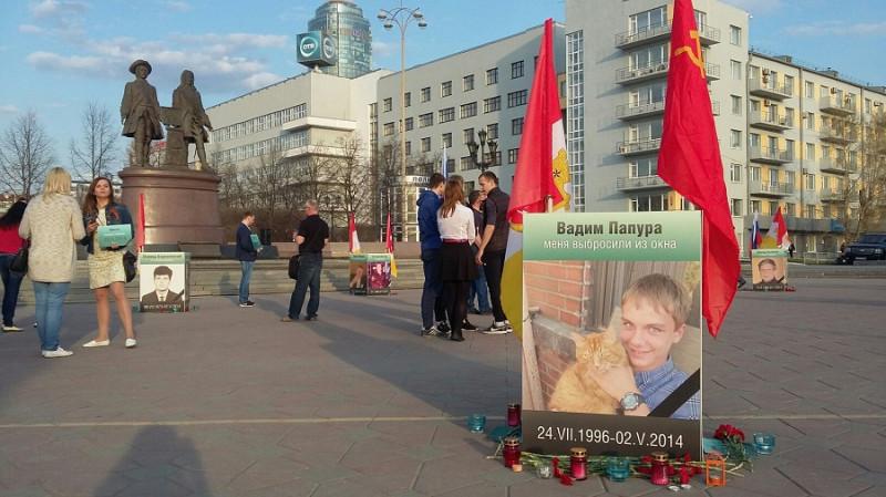 Цветы и свечи в память о невинно убитых.jpg