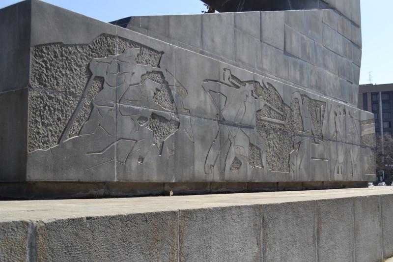 Изображения на поставменте памятника УДТК.JPG