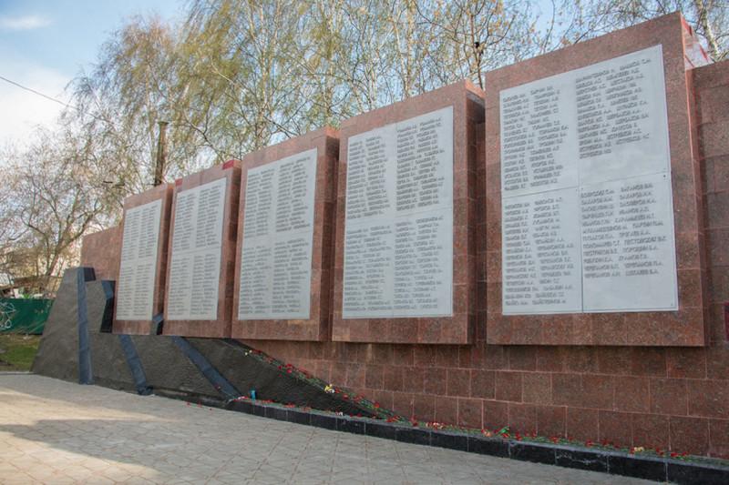 Мемориальная стена на Площади субботников.jpg