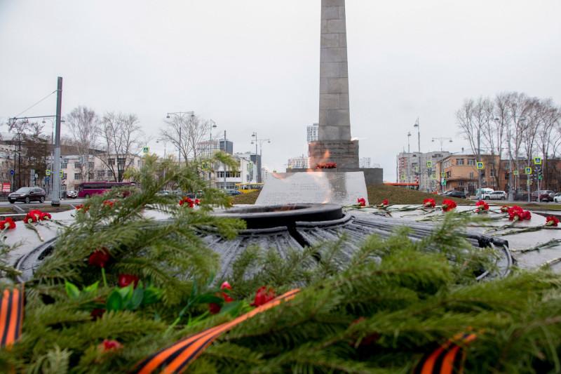 Стела и Вечный огонь на Площади коммунаров в Екатеринбурге 1.jpg