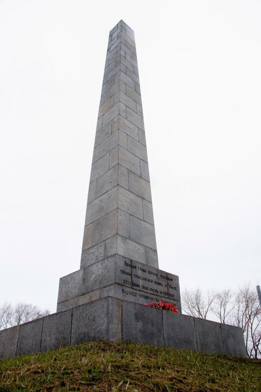 Стела и Вечный огонь на Площади коммунаров в Екатеринбурге.jpg