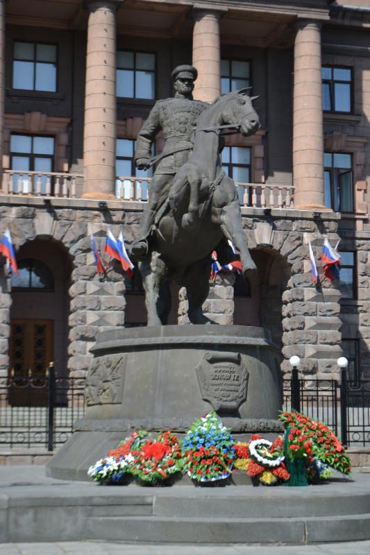 У памятника маршалу Победы всегда цветы.JPG