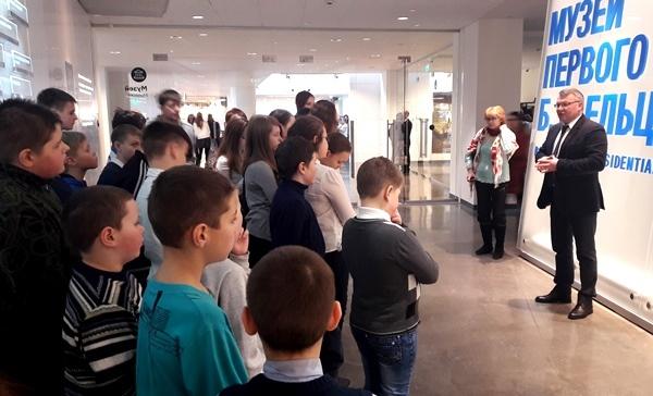 Единоросс Сергей Никонов проводит патриотическую экскурсию в ЕЦ.jpg