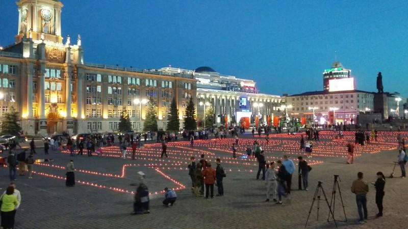 Екатеринбуржцы выложили свечами надпись Помним.jpg