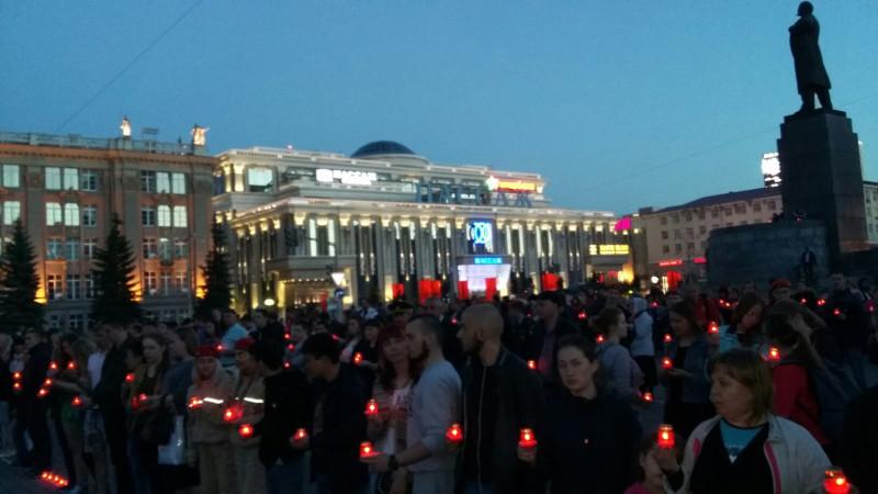 На Площади 1905 года у памятника Ленину много молодёжи.jpg