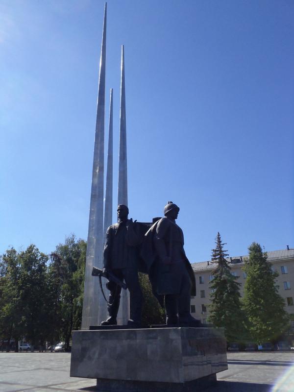 24_Тула_Стелла и памятник героическим защитникам города.JPG