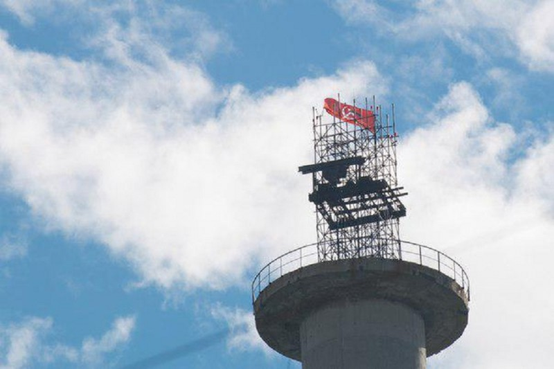 Красный флаг над Екатеринбургом.jpg