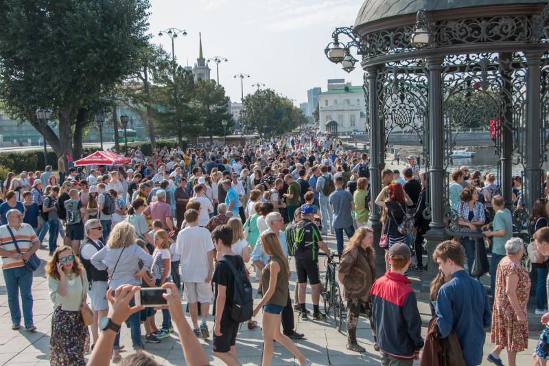 В день мероприяти на Плотинке было много горожан.jpg