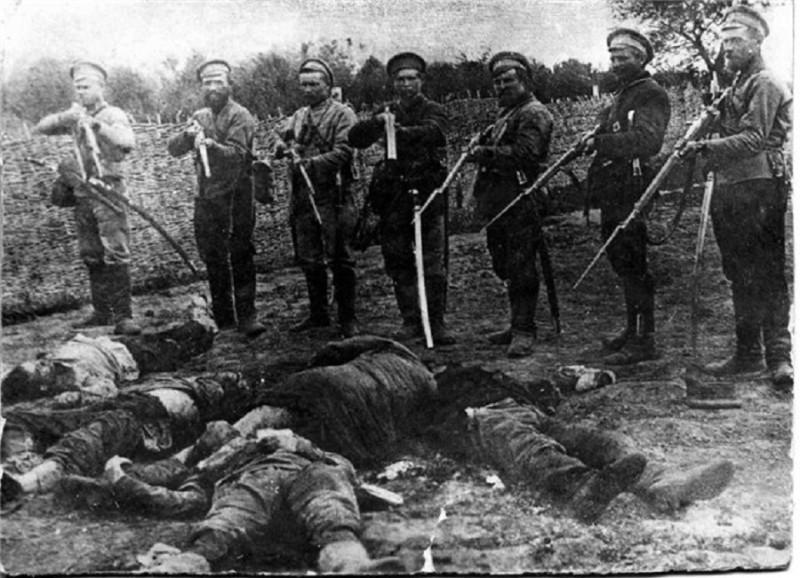 Белые вообще любили позировать на фоне убитых как нацисты.jpg
