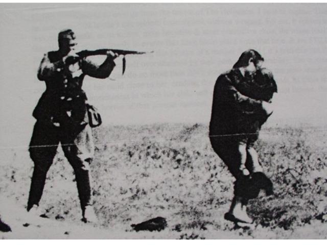 Солдат Вермахта и его жертвы.jpg