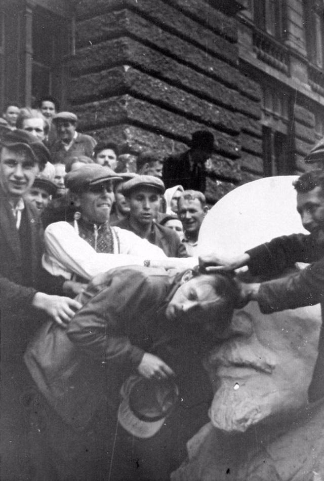 Еврейский погром на оккупированной гитлеровцами территории СССР в 1941.jpg