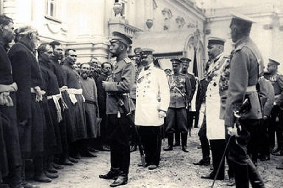 Николай II приветствует черносотенцев.jpg