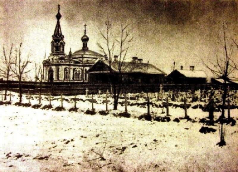 Могилы жертв Кровавого воскресенья на Преображенском кладбище.jpg