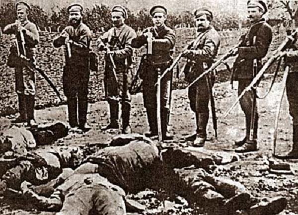 Белогвардейцы позируют на фоне расстрелянных рабочих.jpg