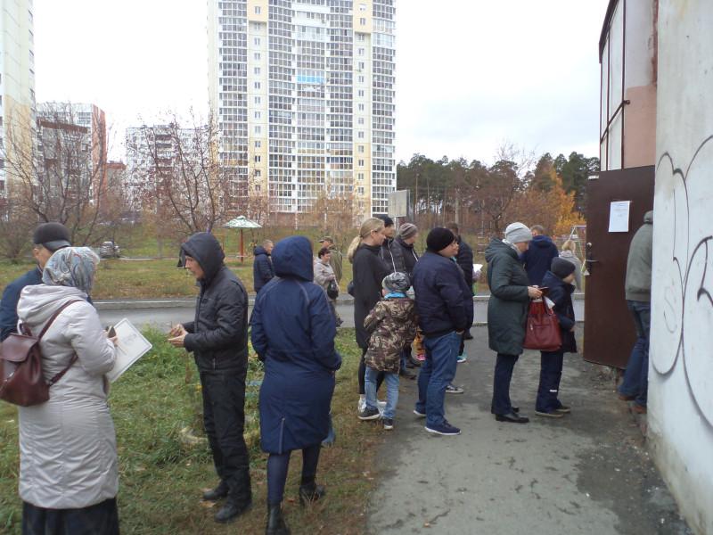 Очередь на участие в опросе начинается на улице.JPG