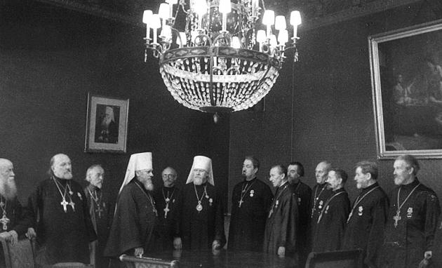 Настоятели и иерахи награждённые За оборону Москвы.jpg